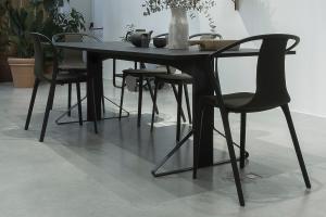 Čierny nábytok jedálne
