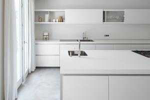 Čierny nábytok kuchyne