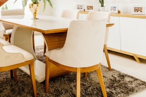 Moderný nábytok z masívu jedálne