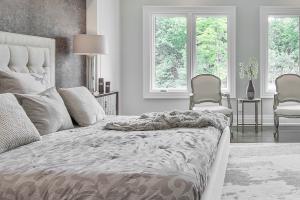 Moderný nábytok z masívu spálne